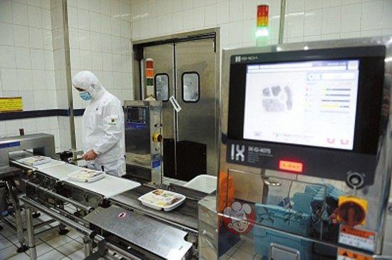 动车餐制作全程 盒饭快餐为防异物需照X光