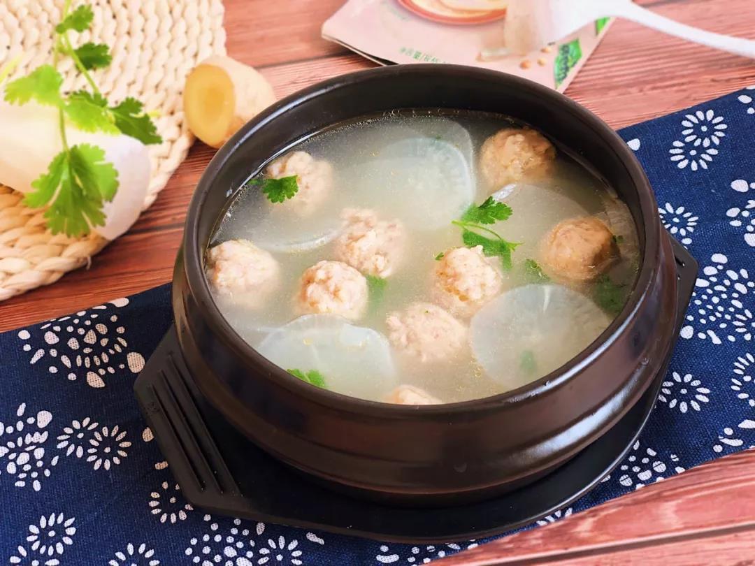 寒冷的冬天里喝碗热乎乎的丸子汤,最好不过!
