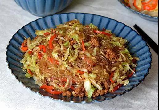 圆白菜肉末炒粉丝,做法超简单,家人都爱吃!