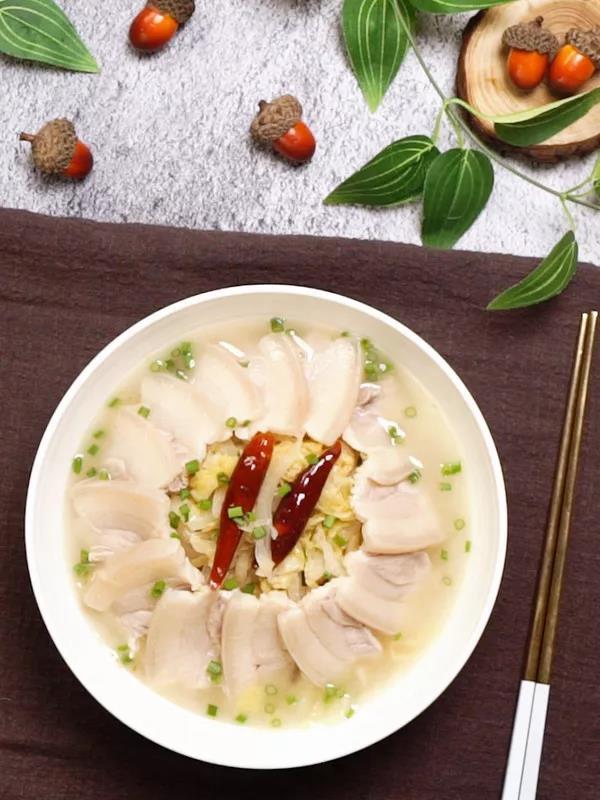 家常酸菜白肉的做法:湯濃肉爛、菜酸入味,令你沉醉其中